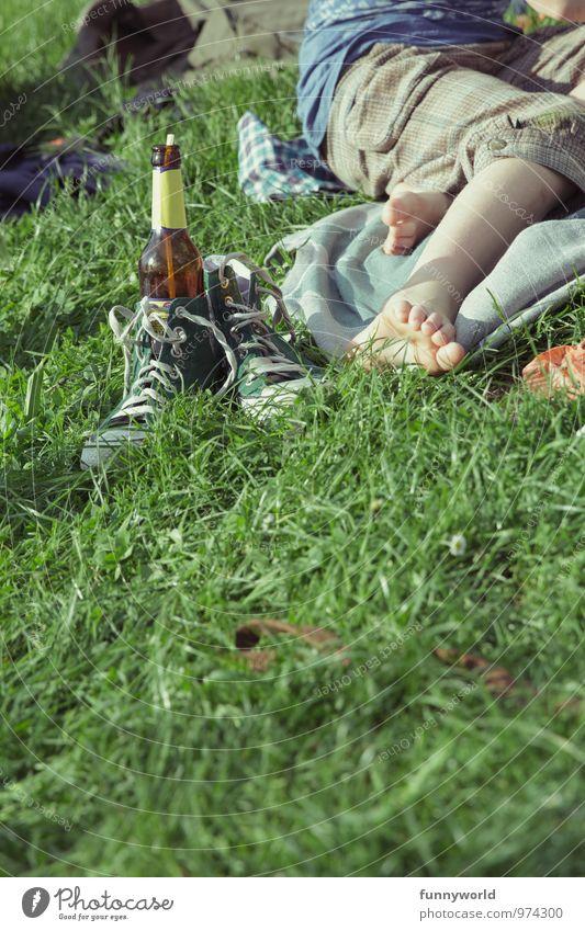 Chillin' mit Limo Freizeit & Hobby Mädchen Junge Jugendliche Beine Fuß Zehen 1 Mensch Gras Schuhe Chucks Flasche Trinkhalm Glas Erholung Sommerferien Park