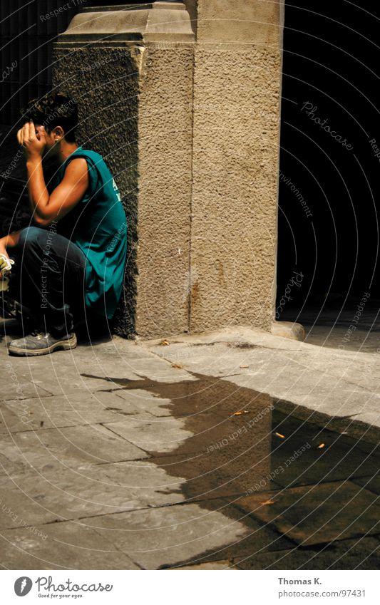 Have a Break Pause Mittag Physik Pfütze Beton Bürgersteig ruhen hocken Reflexion & Spiegelung Turnschuh Arbeiter Handwerk Barcelona break Wärme Säule Wasser