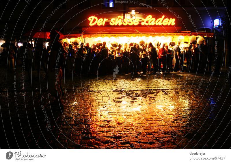 der süsse laden Nacht Unwetter feucht Reflexion & Spiegelung verkaufen Licht Jahrmarkt Leuchtreklame dunkel Versteck Menschenmenge Konzert Publikum Asphalt
