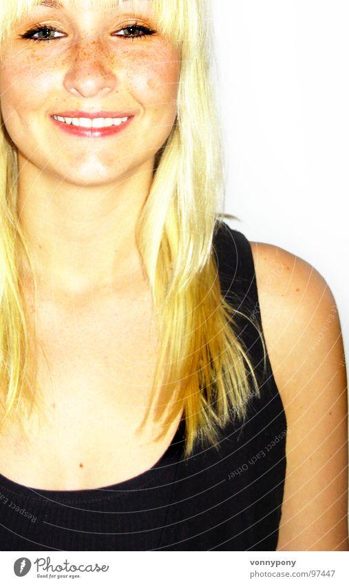 Sommersprossenprinzessin II Frau schwarz Auge Glück lachen Stil braun Zufriedenheit blond Nase Fröhlichkeit T-Shirt Lippen langhaarig Pony