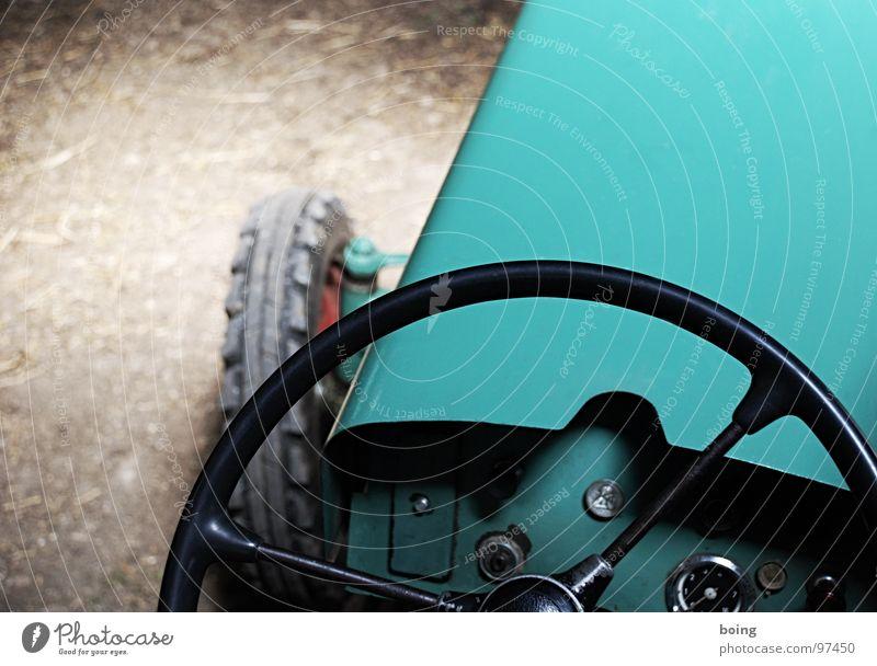 Saint Christopher protect us Traktor Landwirtschaftliche Geräte Schlepper Scheune Ackerbau Lenkrad pflügen gehen unvermeidbar Richtungswechsel Motorhaube