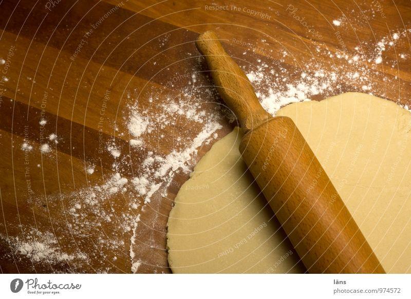 ... jetzt biste platt! Holz Häusliches Leben Erfolg Wandel & Veränderung Kochen & Garen & Backen Küche Backwaren Teigwaren beweglich Mehl Tischplatte