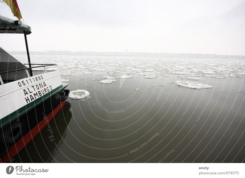 Hamburg on ice Natur Landschaft Wasser Küste Flussufer Elbe Menschenleer Schifffahrt Binnenschifffahrt Passagierschiff Fähre Gelassenheit ruhig Einsamkeit kalt