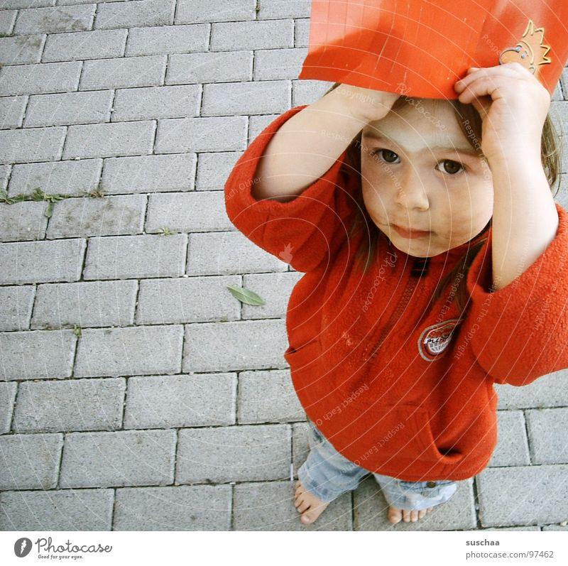 .. vielleicht regnets noch? .. Barfuß Kind Kleinkind Mädchen Kindheit Kindererziehung rot Papier Mütze Kopfbedeckung dreckig angemalt Langeweile Straße Fuß