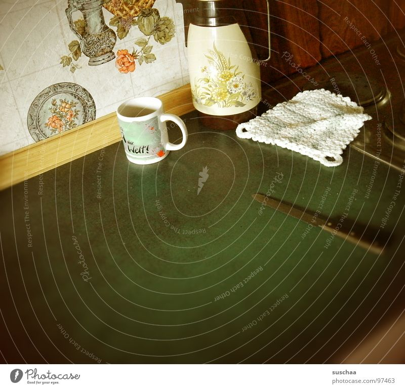 .. es hat noch nie irgendwas zusammen gepaßt ... Tapete Tasse Kaffeekanne Tapetenmuster Wohnung heimelig Vergänglichkeit Messer topflappen gehäkelter topflappen
