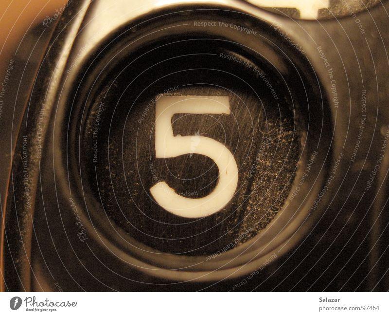 Old no. 5 retro schwarz Tischfernsprecher Wählscheibe wählen Ziffern & Zahlen Finger antik altmodisch Zeit Telefongabel Apparatur Sechziger Jahre Makroaufnahme
