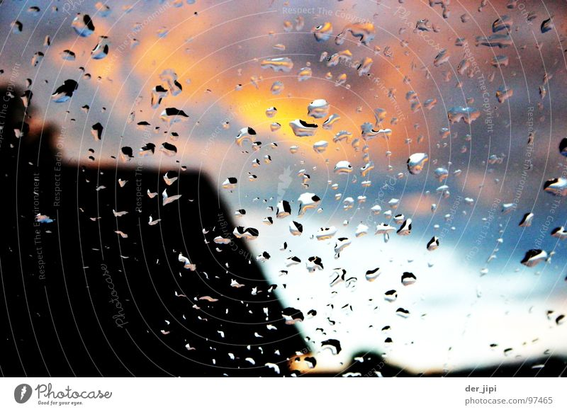 Der Himmel brennt Wolken Haus Dach Wasser kondensieren Fenster nass feucht Sommer Wassertropfen Glas Fensterscheibe undschärfe Brand Sonne