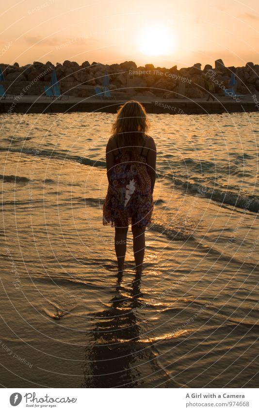 Summertime Sadness Mensch Kind Jugendliche Junge Frau Meer Strand feminin träumen Idylle Wellen 13-18 Jahre stehen genießen beobachten verträumt
