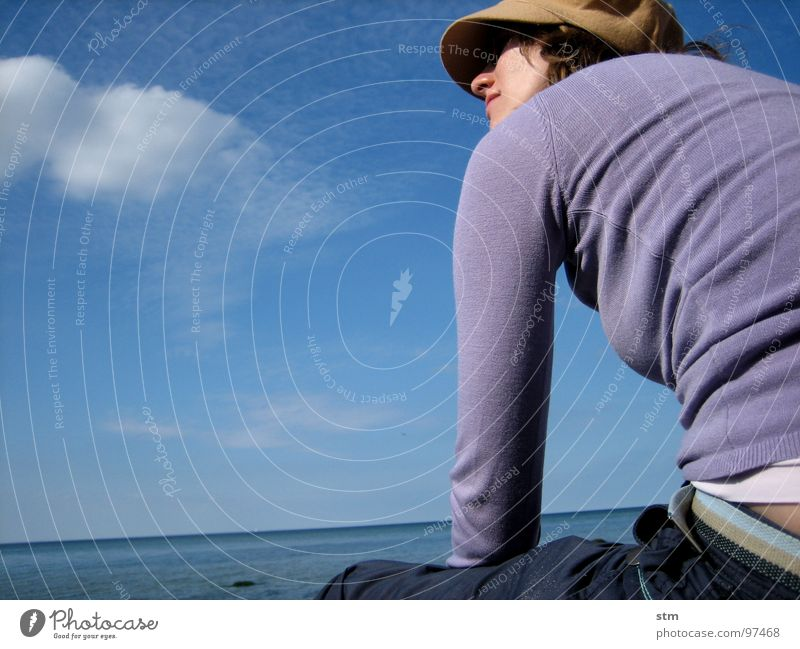 blau 01 Frau Strand Meer Wolken Denken beobachten Erholung träumen Mütze T-Shirt Hose Freude Wasser Gesicht nachdenken Blick beobchten Hut sitzen