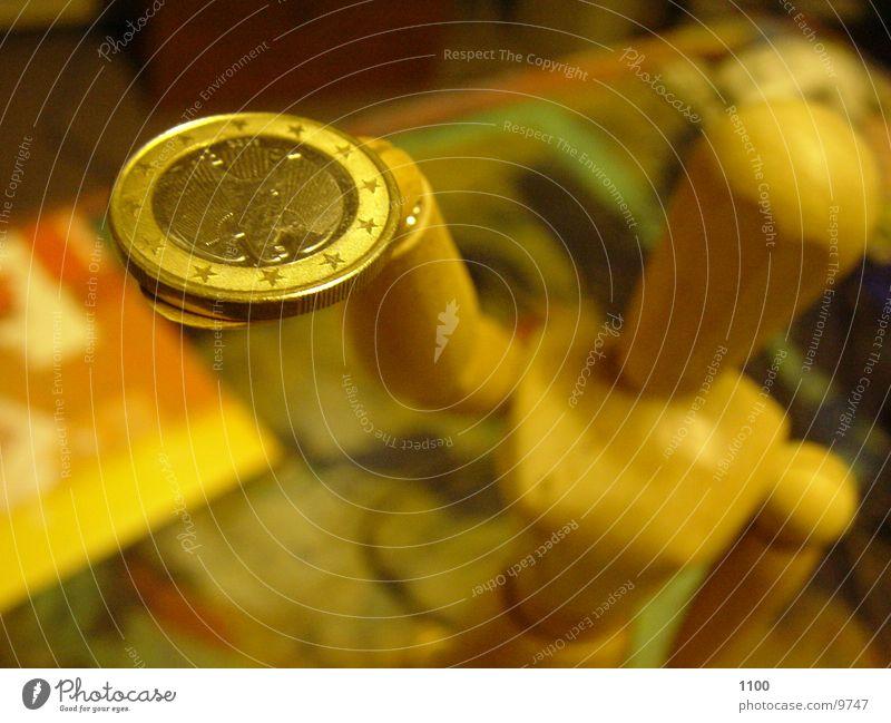 Der Eurobringer :-) Geld Geldmünzen Unschärfe Fototechnik Reichtum Puppe Makroaufnahme Eurostück