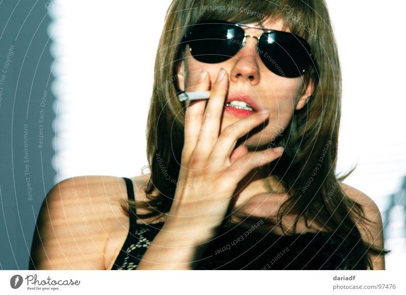 ...see the sky in my sunglasses Frau Jugendliche Sonne Sommer Coolness Rauchen Zigarette Sonnenbrille Europäer Hochmut Vor hellem Hintergrund