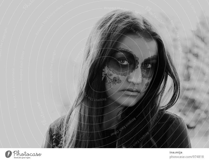 junge Frau mit Gesichtsbemalung Feste & Feiern Halloween Mensch feminin Jugendliche Erwachsene 1 13-18 Jahre Kind 18-30 Jahre 30-45 Jahre Haare & Frisuren