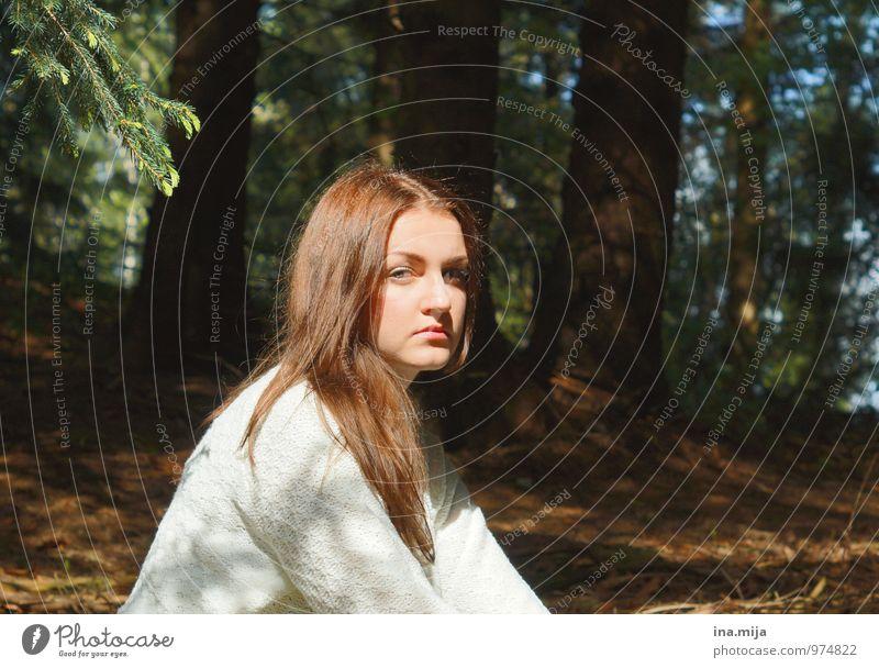 junge braunhaarige Frau im Wald Mensch feminin Junge Frau Jugendliche 1 18-30 Jahre Erwachsene 30-45 Jahre Schönes Wetter Haare & Frisuren brünett rothaarig