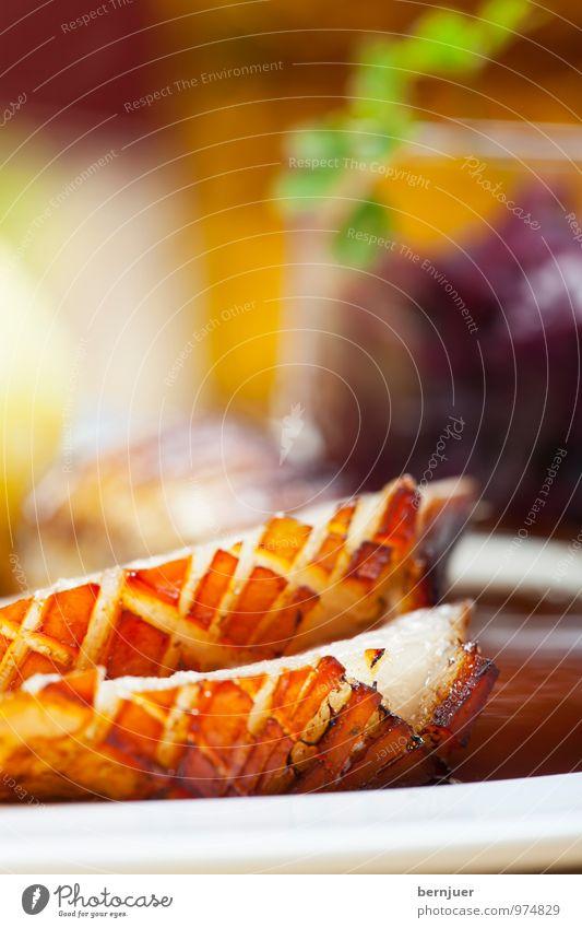 Kruste Lebensmittel Fleisch Gemüse Ernährung Abendessen Bioprodukte Slowfood Teller Billig gut Reichtum Braten Schweinebraten Rotkohl Fett Fettschicht knusprig
