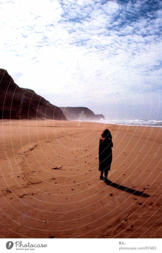 4Uhr Strand Wolken Ferien & Urlaub & Reisen Horizont diagonal September weiß braun gelb schwarz Einsamkeit Gedanke Küste Frau Erde Sand Felsen Berge u. Gebirge
