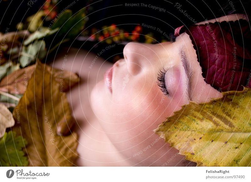 Autumn-Girl Frau ruhig Blatt Herbst Beautyfotografie Model Romantik Schminke sanft Kosmetik