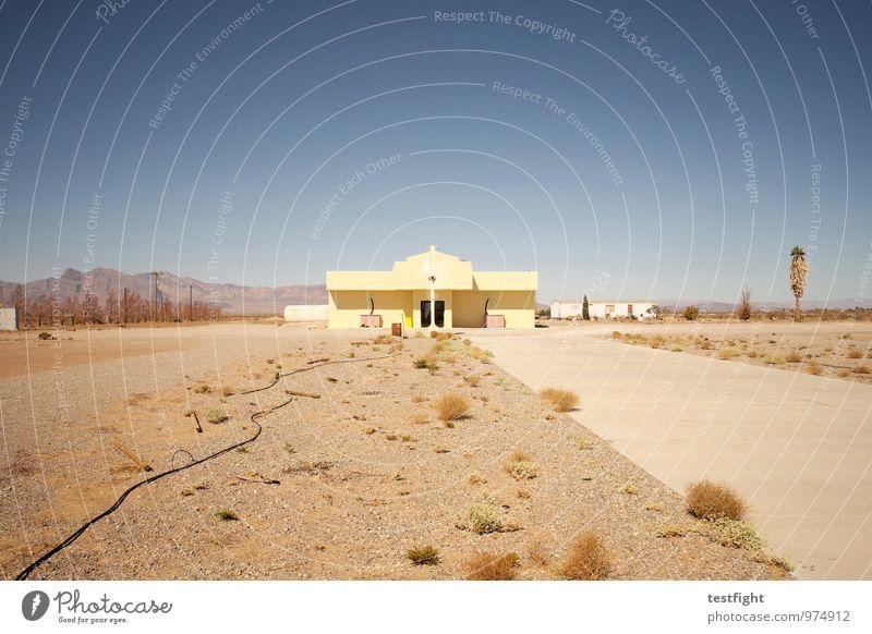 einöde Umwelt Landschaft Sonne Sommer Wüste Nevada Stars and Stripes Amerika Dorf Haus Bauwerk Gebäude Architektur alt heiß hell Wärme gehen Einsamkeit trist