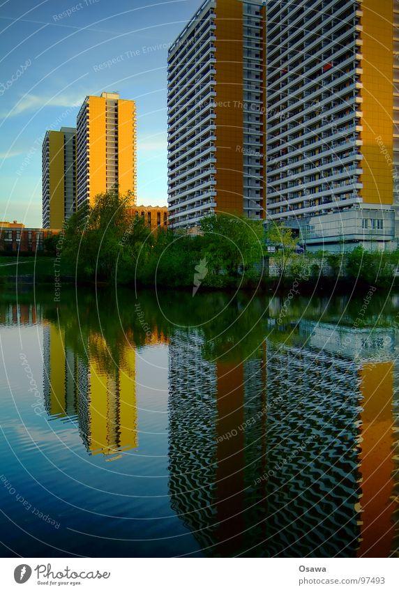 schöner wohnen 16 Haus Gebäude Fassade Fenster Balkon Raster gerade Plattenbau Beton Neubau trist Nachbar eng Einblick Teich See Reflexion & Spiegelung Pfütze