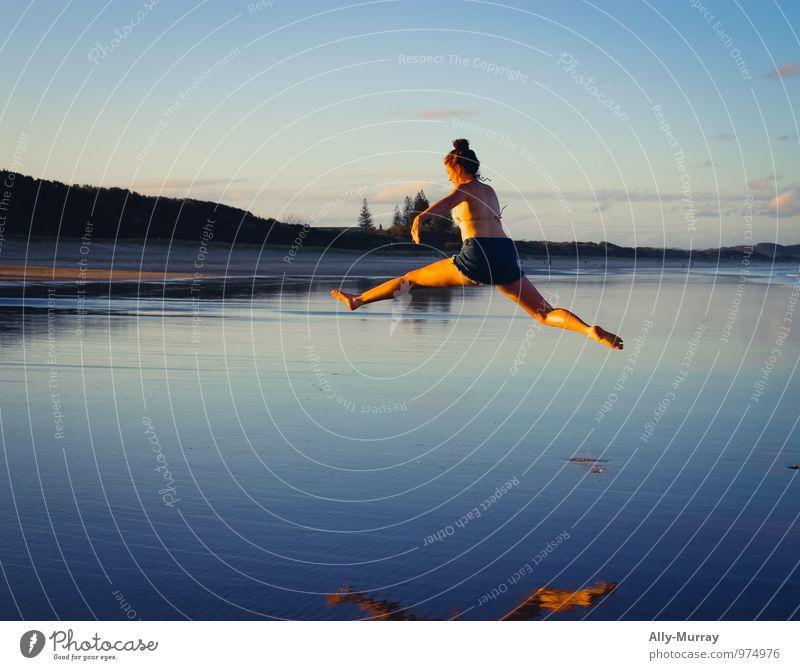 Mensch Ferien & Urlaub & Reisen Jugendliche blau Wasser Sommer Junge Frau Meer Freude 18-30 Jahre Strand Erwachsene Leben feminin Freiheit springen