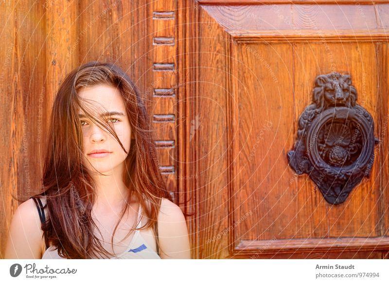 Beauty & Beast Lifestyle Stil Design schön Sommer Mensch feminin Jugendliche 1 13-18 Jahre Kind Schönes Wetter Wind Holztür Türklopfer Bronze Löwenkopf