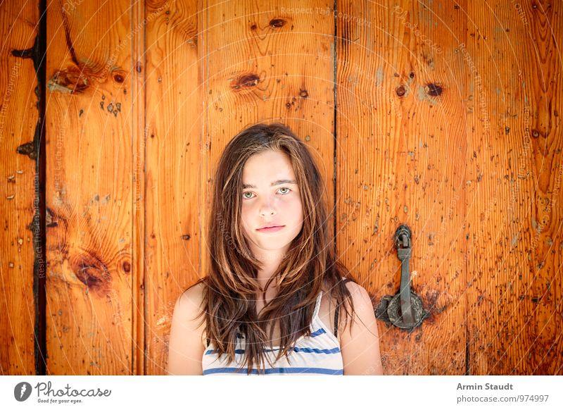 Porträt - Holztür - Alt Mensch Kind Jugendliche alt schön Sommer feminin braun Stimmung Lifestyle Tür authentisch 13-18 Jahre stehen Lächeln einzigartig