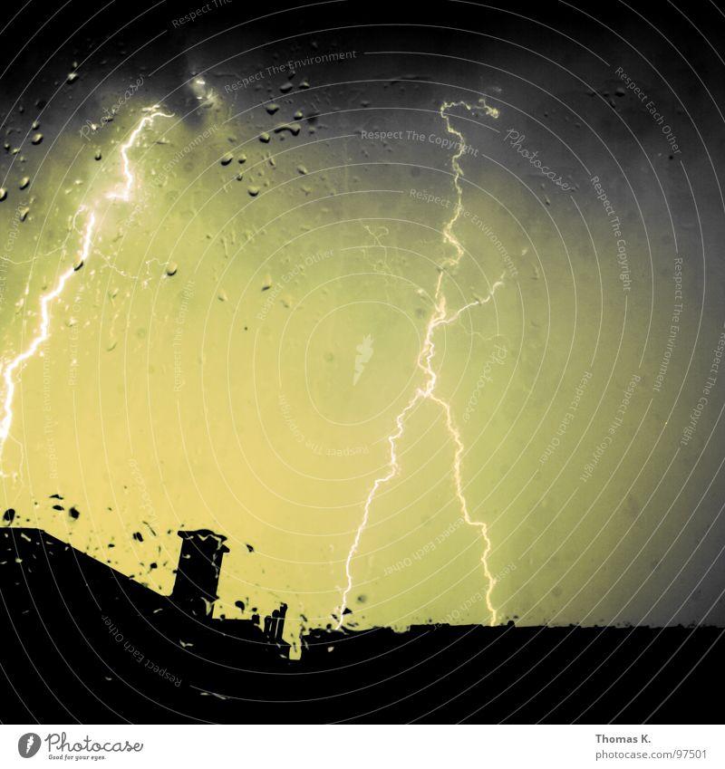 Spektakulöse Wettererscheinung. Fenster Balkon Blitze Donnern Sturm Orkan Wolken Regen Schornstein Dach dunkel Elektrizität Langzeitbelichtung Macht Gewitter