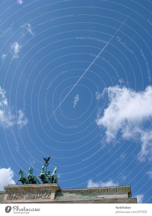 The sky is the limit Brandenburger Tor Wolken Kondensstreifen Sommer aufsteigen historisch Himmel Deutschland Berlin Vergangenheit blau Graffiti oben aufwärts