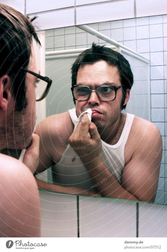 mirror, mirror part III Mann Kerl Brille hässlich Unterhemd Bad Spiegel Spiegelbild Finger Fliesen u. Kacheln unten Spitze Wischen Reinigen Bart dreckig