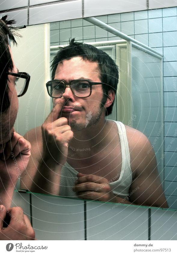 mirror, mirror II Mann Kerl Brille hässlich Unterhemd Bad Spiegel Spiegelbild Finger Fliesen u. Kacheln unten bohren Nasensekret Bart dreckig Asozialer unsozial