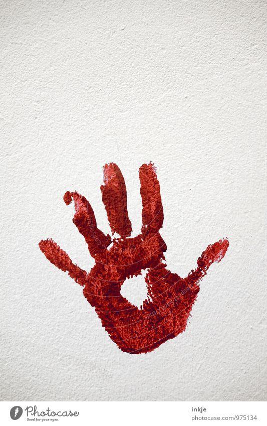 Farbe bekennen Kunst Menschenleer Mauer Wand Fassade Zeichen handabdruck Abdruck Handfläche rot weiß Gefühle Stimmung Abwehrmechanismus abwehrend stoppen Halt