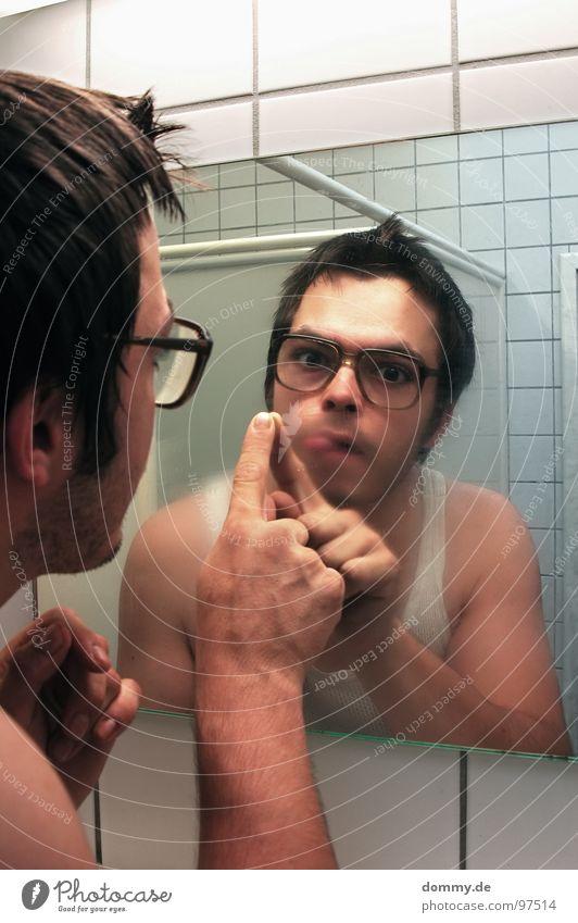 mirror, mirror part Mann Kerl Brille hässlich Unterhemd Bad Spiegel Spiegelbild Finger Fliesen u. Kacheln unten Atem feucht Wischen Bart dreckig Asozialer