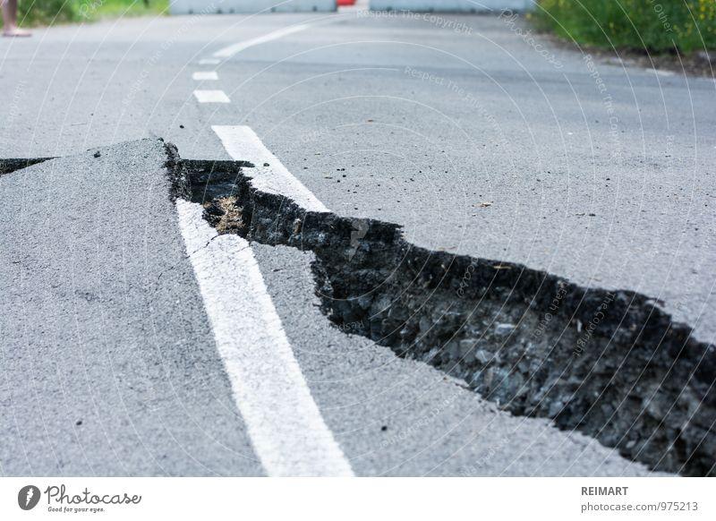 Riss in der Straße gefährlich bedrohlich kaputt Italien Asphalt Barriere Autofahren