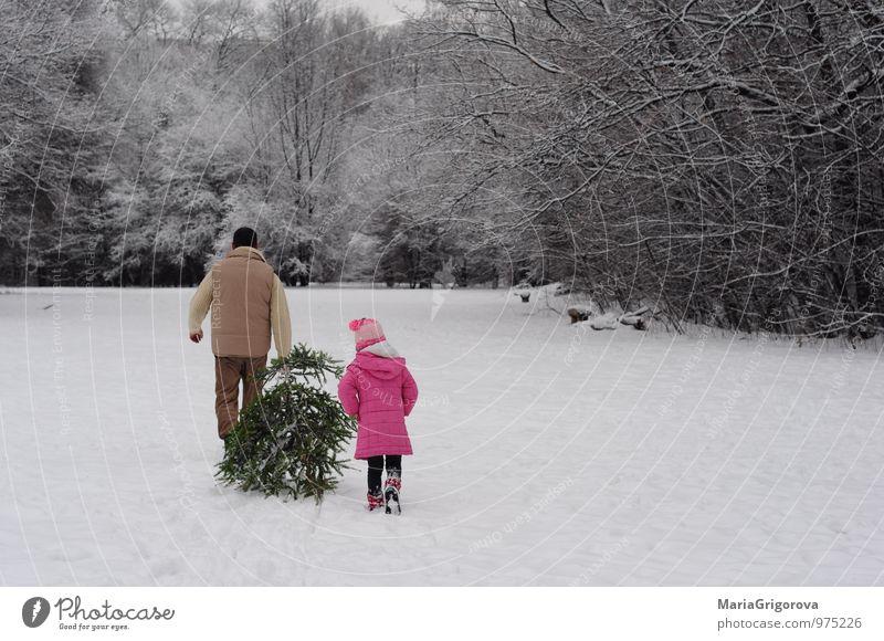 Einen Weihnachtsbaum mit nach Hause nehmen Lifestyle Freude Winter Schnee Winterurlaub Berge u. Gebirge Weihnachten & Advent Mensch Kind Mädchen Mann Erwachsene