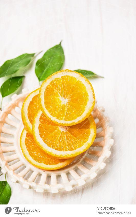 Geschnittene Orangen mit Blättern in weißer Schüssel grün Gesunde Ernährung Blatt Leben Foodfotografie Stil Hintergrundbild Lebensmittel Design Frucht Fitness