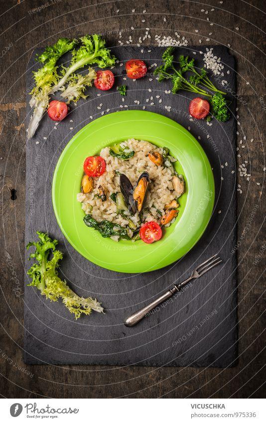 Risotto mit Miesmuscheln, Tomaten und grünem Salat . Gesunde Ernährung dunkel gelb Stil Speise Lebensmittel Design Ernährung Kochen & Garen & Backen Küche Kräuter & Gewürze Gemüse Bioprodukte Geschirr Restaurant Teller