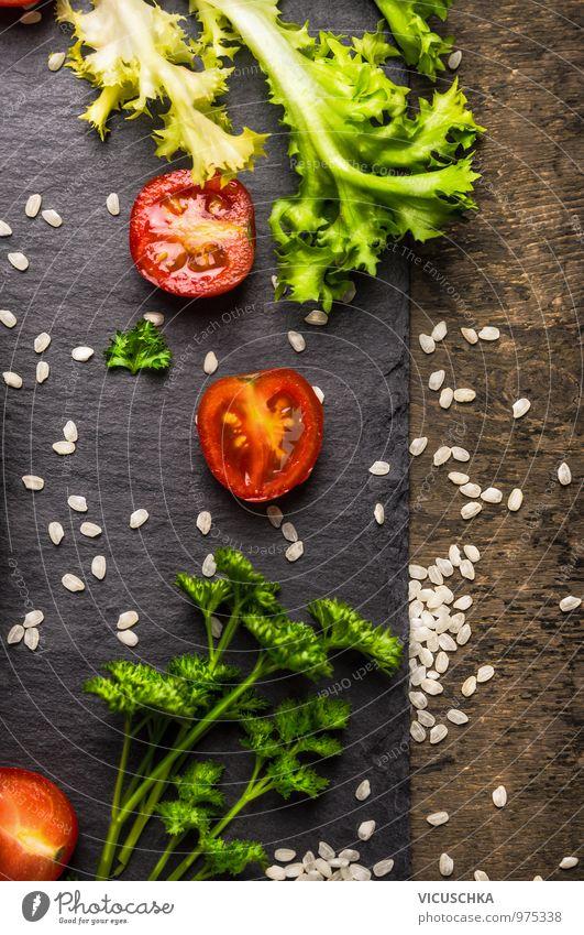 Tomaten, Salat, Petersilie und Reis, Diät Lebensmittel Blatt Gesunde Ernährung dunkel Stil Holz Lebensmittel Freizeit & Hobby Design Ernährung Fitness Küche Kräuter & Gewürze Gemüse Bioprodukte Diät Mittagessen