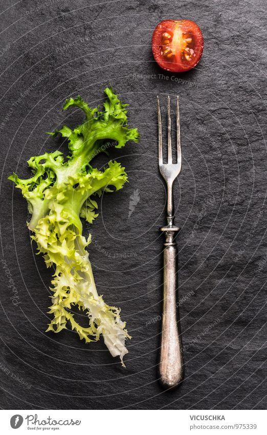 Gabel, Salat und Tomaten auf Schiefer Sommer Gesunde Ernährung dunkel Leben Stil Speise Garten Lebensmittel Lifestyle Design einfach Fitness Gemüse Bioprodukte