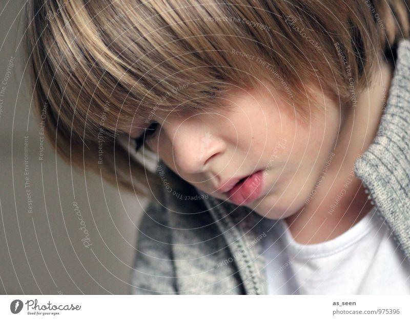 Beschäftigt Kind Jugendliche Gesicht Leben Junge grau braun Schule Familie & Verwandtschaft modern authentisch blond Kindheit Kreativität lernen lesen