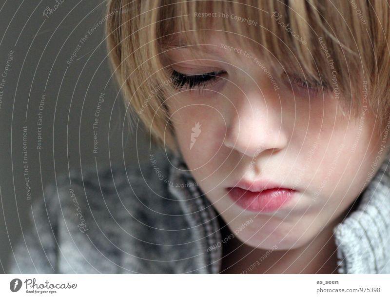 Konzentriert Mensch Kind ruhig Gesicht Leben Junge grau Schule Familie & Verwandtschaft Zufriedenheit authentisch blond Kindheit lernen lesen 8-13 Jahre