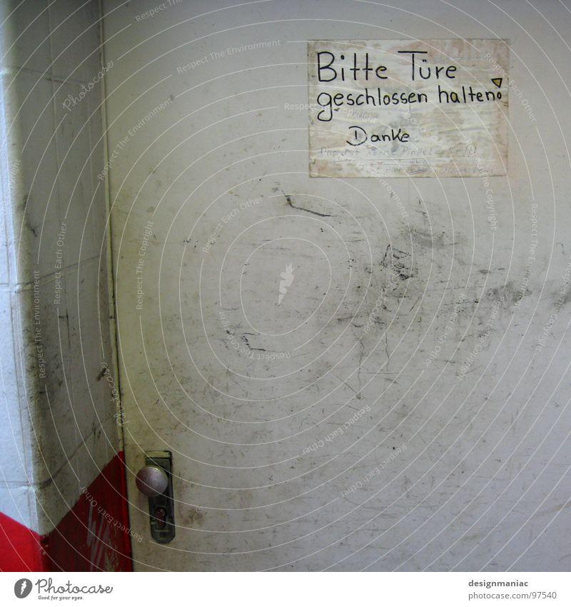 Dies ist keine Pinkelecke! alt weiß rot Wand grau Metall dreckig Tür Eisenbahn geschlossen Ecke Schriftzeichen Information Wunsch schreiben Politik & Staat