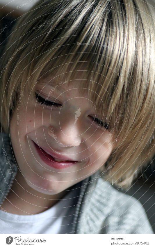 Amüsiert Kind Jugendliche Freude Gesicht Leben Gefühle Junge natürlich grau Haare & Frisuren braun Stimmung Schule Familie & Verwandtschaft Zufriedenheit modern