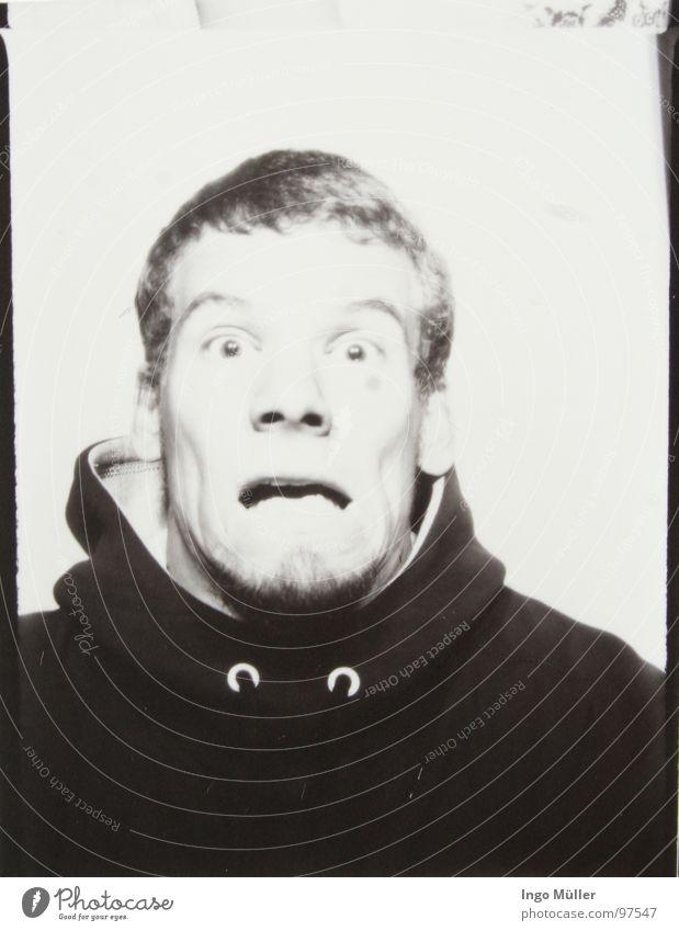 Fotosession Mann weiß Gesicht schwarz Auge Fotografie maskulin Gesichtsausdruck Grimasse Entsetzen Schrecken kurzhaarig erschrecken Photo-Shooting Kurzhaarschnitt Kinnbart