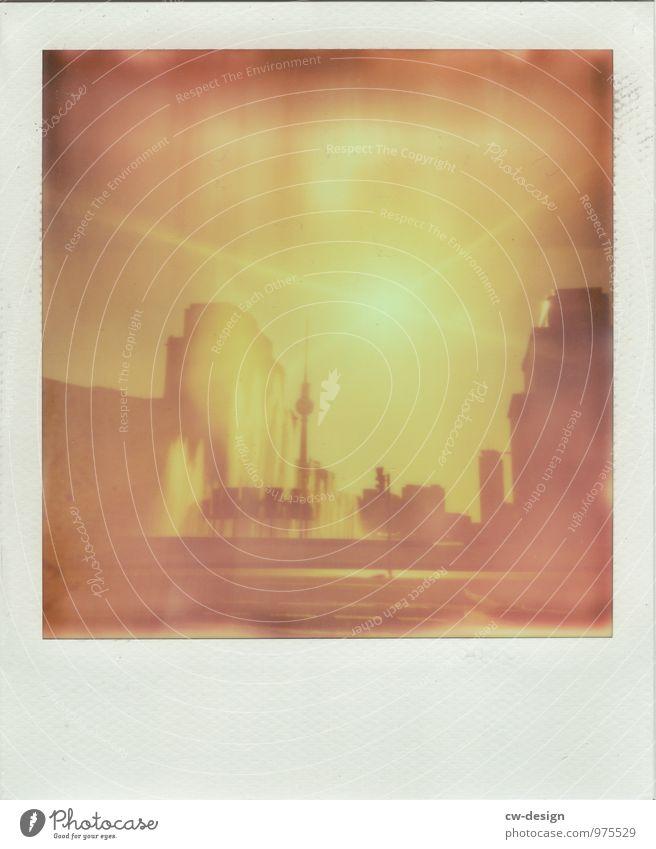 Dit is Balin Berlin Berliner Fernsehturm Berlin-Mitte Springbrunnen Sommer Sonne Sonnenlicht Schwebender Ring Strausberger Platz geöffnet Polaroid polaroids