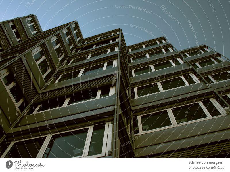 kein sommer vor´m balkon Bürogebäude Haus Ecke Fenster modern Perspektive Himmel blau
