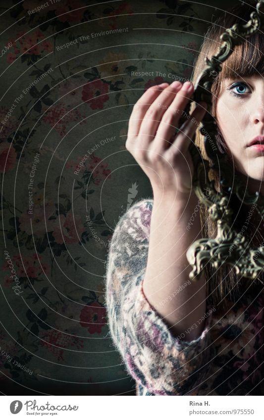 Durchblick Junge Frau Jugendliche 1 Mensch 18-30 Jahre Erwachsene Pullover brünett langhaarig festhalten schön geblümt Spiegel Bilderrahmen ausdruckslos Hand