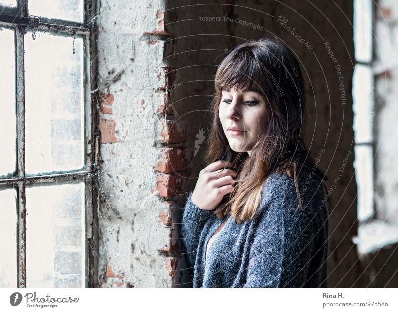 SeitenlichtMädchen Junge Frau Jugendliche 1 Mensch 18-30 Jahre Erwachsene Gebäude Heuboden Mauer Wand Fenster Pullover brünett langhaarig stehen schön kalt