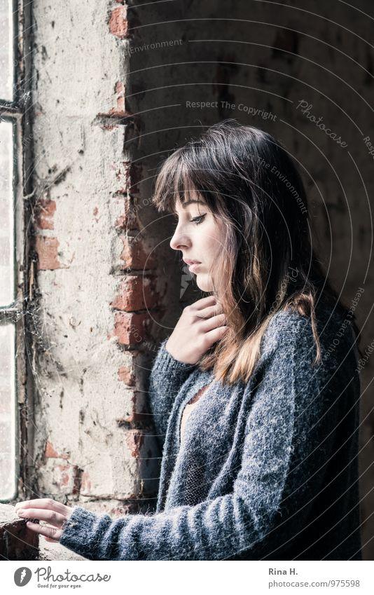 SeitenlichtMädchen II Junge Frau Jugendliche 1 Mensch 18-30 Jahre Erwachsene Mauer Wand Fenster Pullover brünett langhaarig schön kalt Gefühle Traurigkeit