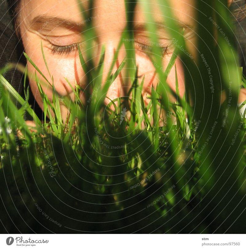 ins gras beißen Frau Gras Wiese Halm Blatt Porträt Selbstportrait Gelassenheit Leichtigkeit Fröhlichkeit Spielen Freude Gesicht Rasen lächlen Auge Nase Falte
