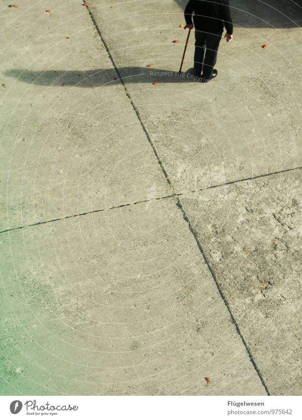 Opa mit Stock 2 Mensch alt Senior Gesundheitswesen 60 und älter wandern warten Beton Weiblicher Senior Männlicher Senior Todesangst Spazierweg altehrwürdig