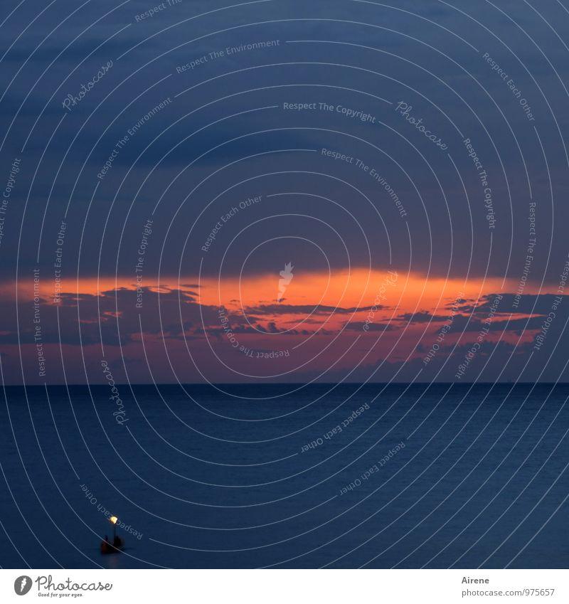 Nachtlicht Mensch Himmel blau Wasser Meer Einsamkeit rot ruhig Wolken dunkel Schwimmen & Baden Horizont Arbeit & Erwerbstätigkeit orange Idylle Urelemente